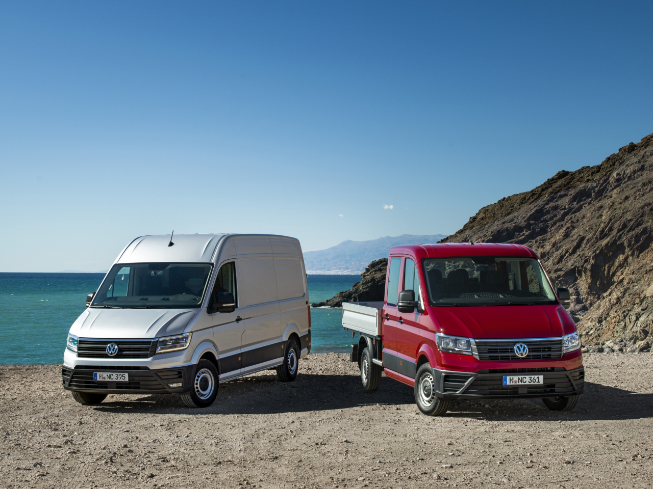 photo de deux volkswagen crafter gris et rouge